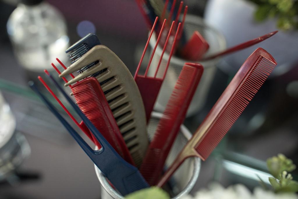 7 типових помилок при сушінні феном, які шкодять вашому волоссю