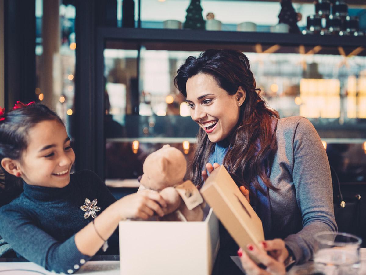 Как оригинально вручить подарок ребенку?